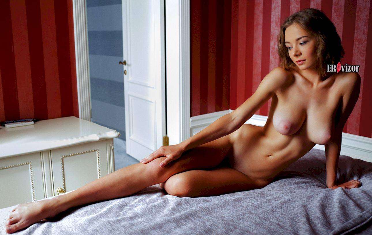 Красивая голая девушка Madeline-Y на кровати