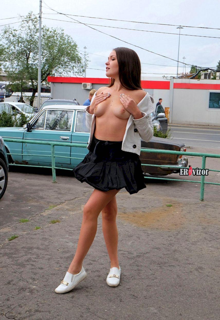 задирает юбку на улице русская девушка