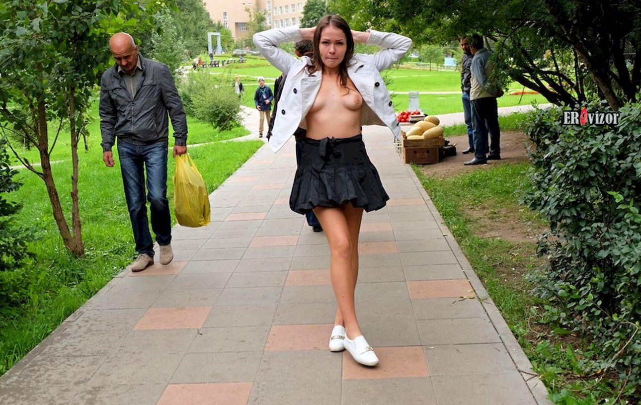 Русская девка выкатывает упругие дойки и задирает юбку на улице
