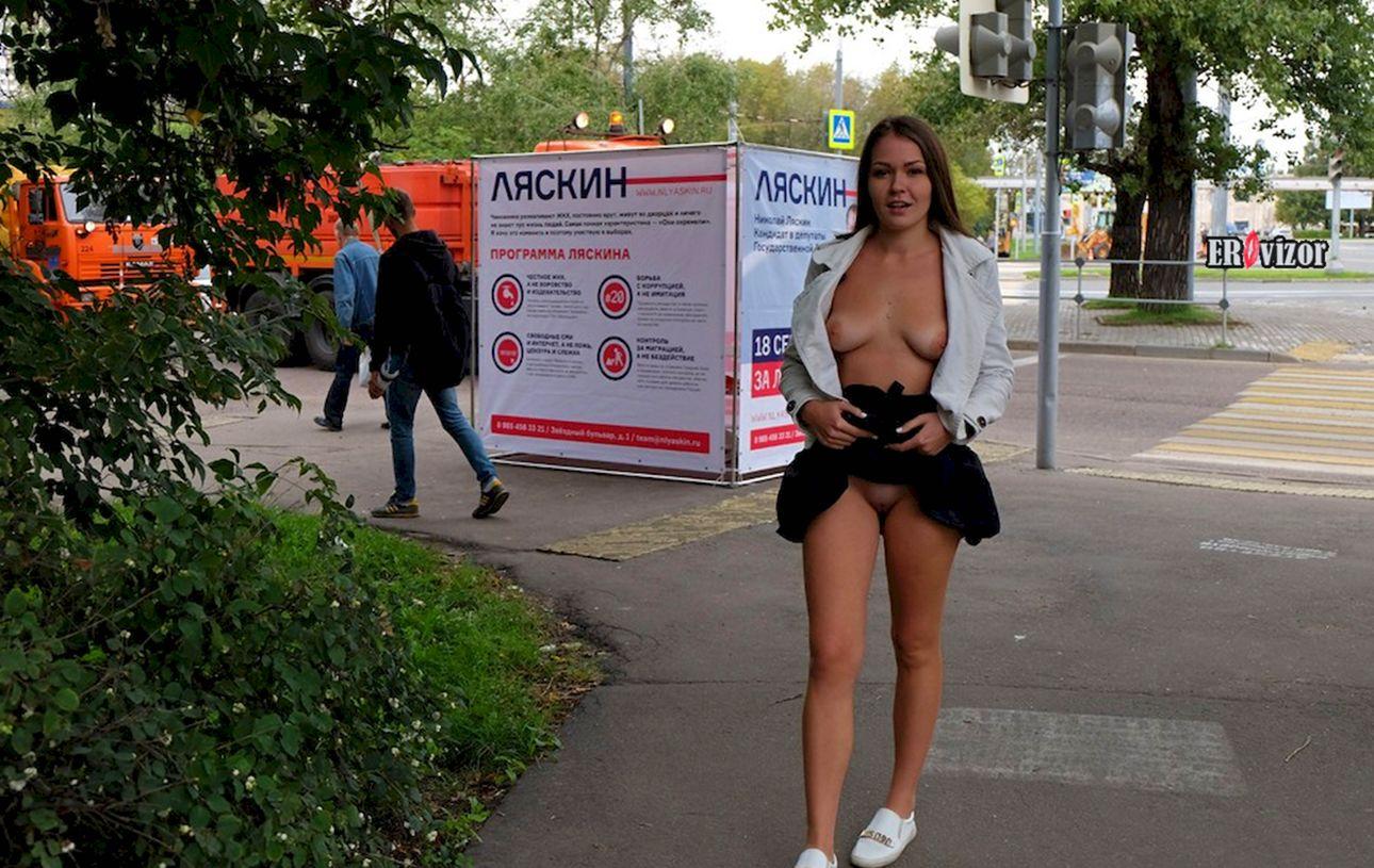 молодая девчонка показывает письку на улице