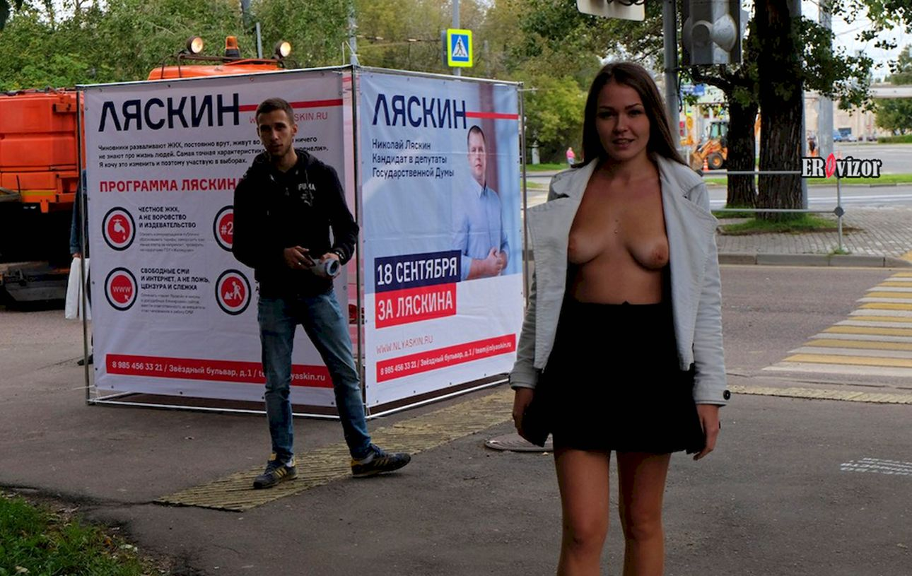эксгибиционистка ходит по улицам