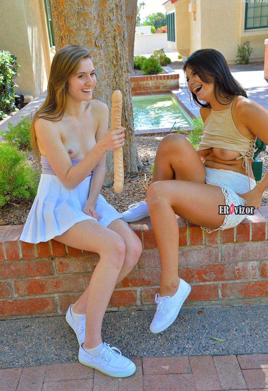 Молоденькие лесбиянки развлекаются с двойным дилдо на улице