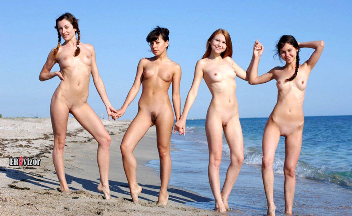 четыре голые девушки на море