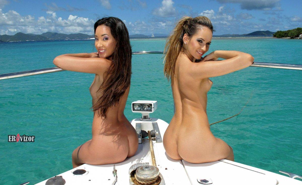 Две девицы раздетые на мини яхте
