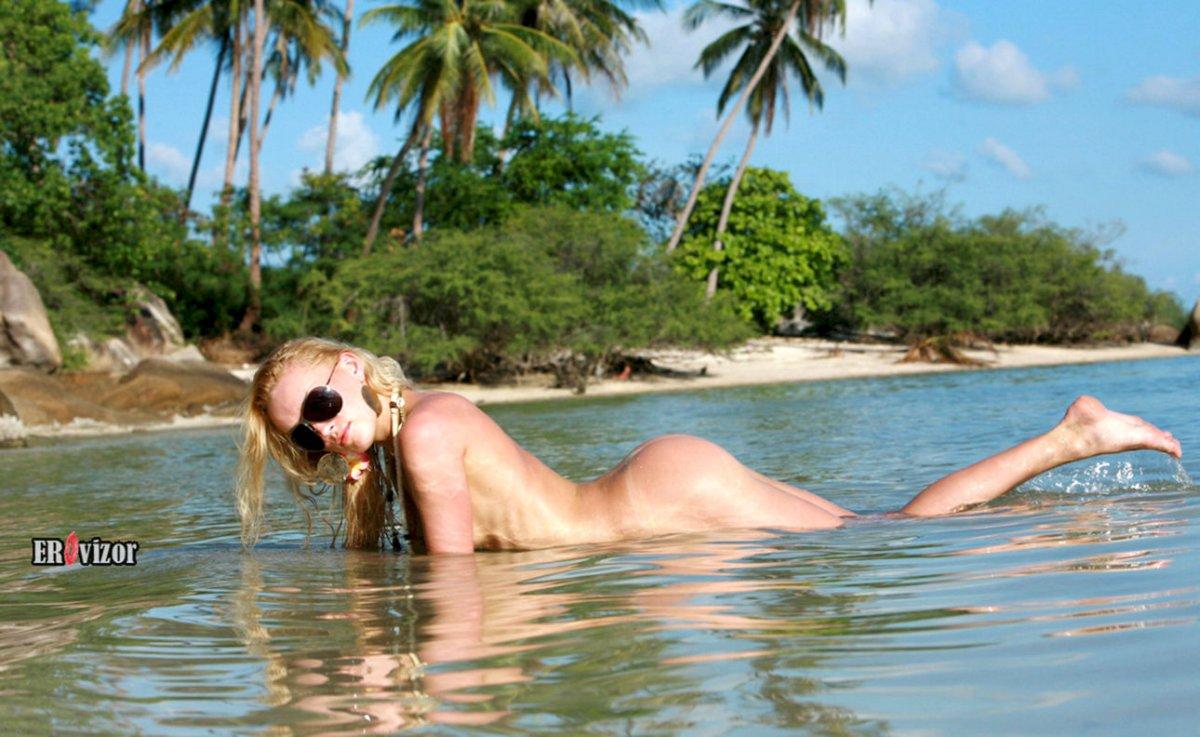 Телочка лежа в воде отдыхает после активного купания