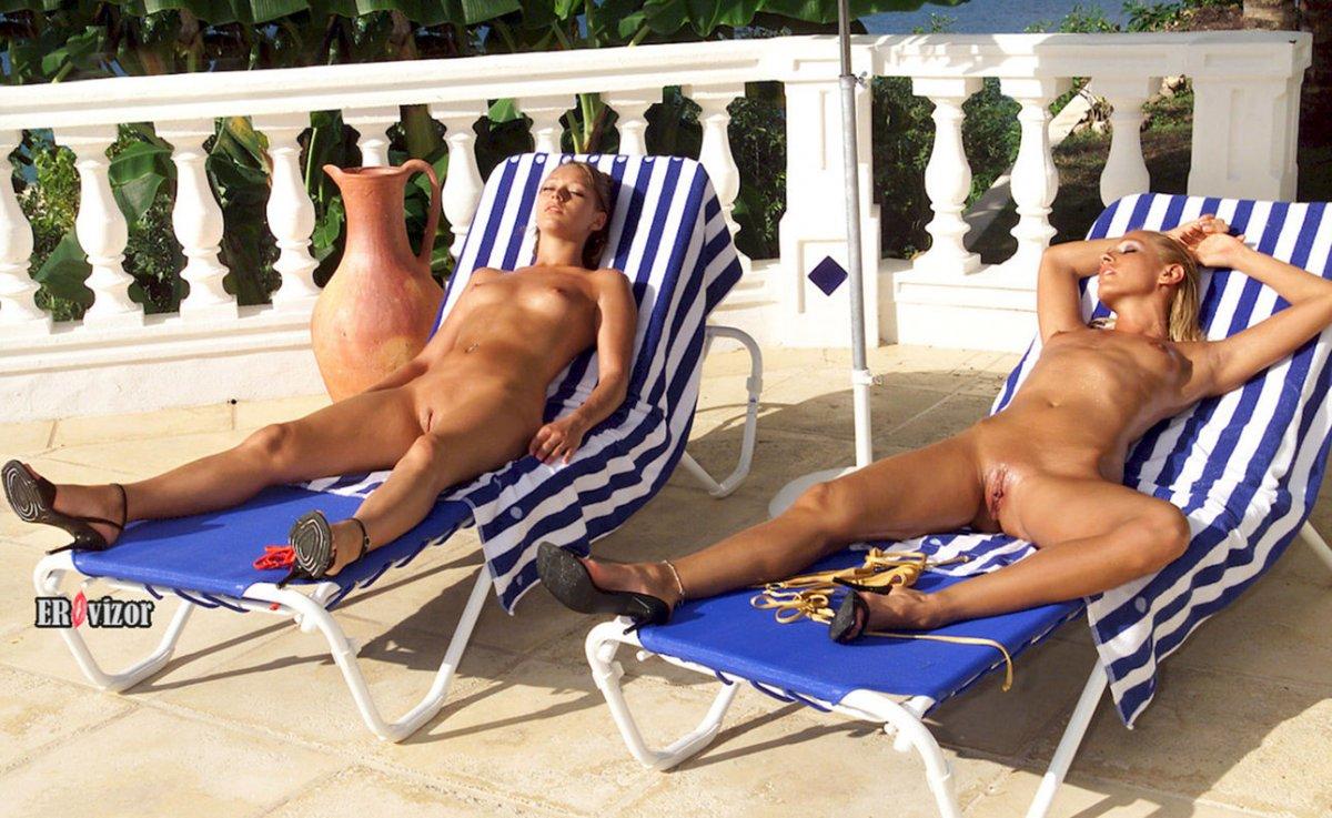 Голые девушки отдыхают на шезлоге