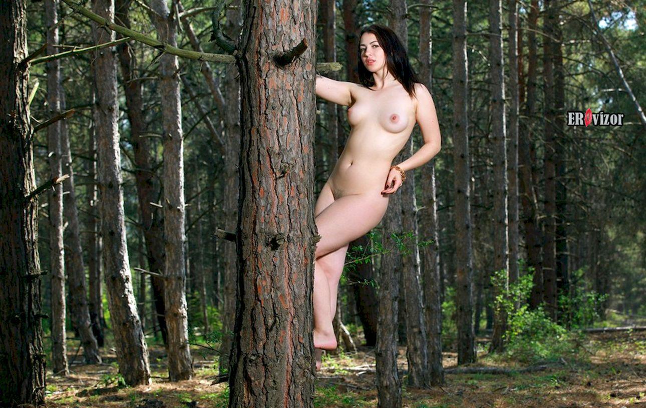 прогулка голой девушки в лесу