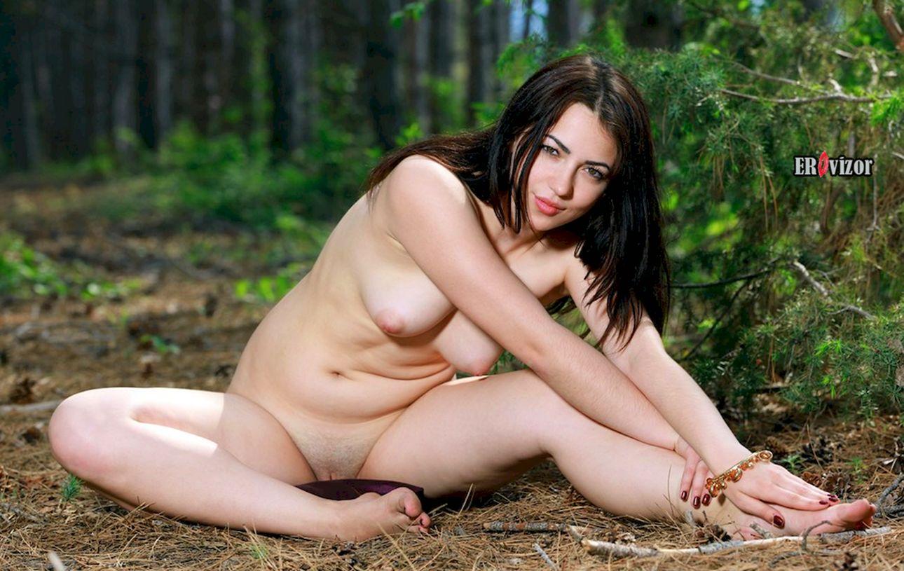 обнаженная прогулялась в лесу