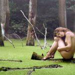 лесная нимфа голая сидит в болоте