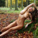 голенькая красавица в лесу