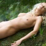 golie_devushki_v_lesu_(32)
