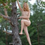 golie_devushki_v_lesu_(61)