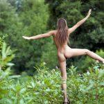 Обнаженная эротика девушки на природе