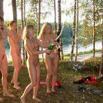 Компания с раздетыми девушками открывает шампанское лесу