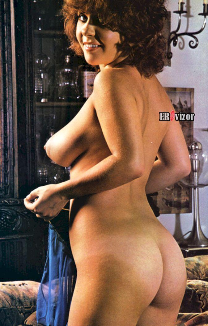 Сочное тело голой женщины вполоборота