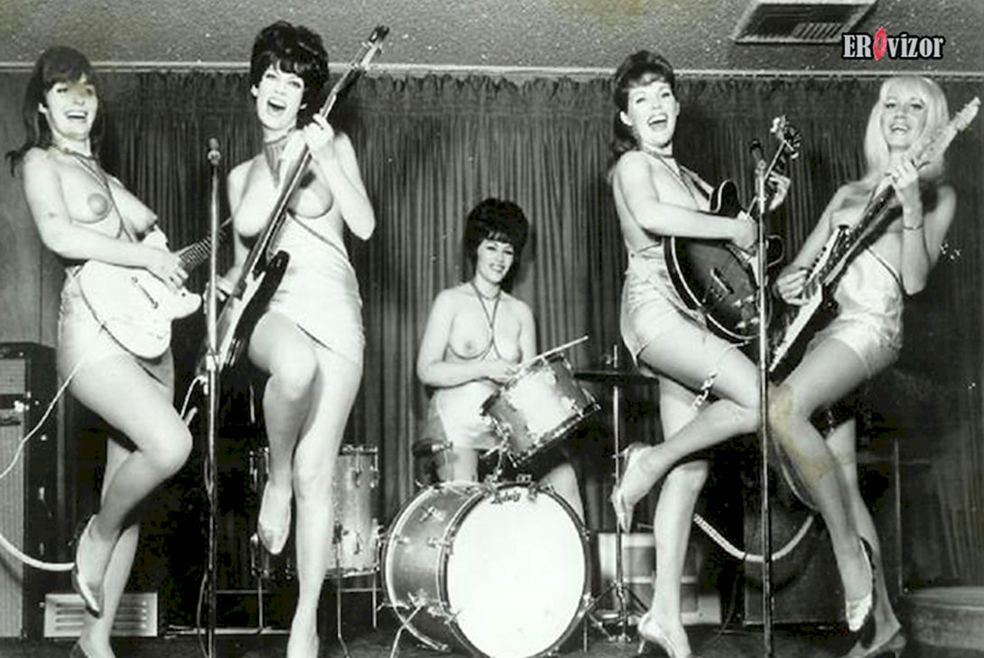Музыкальная группа голых девушек эпохи beatles