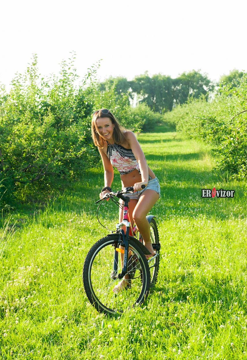 веселая девушка едет на велосипеде
