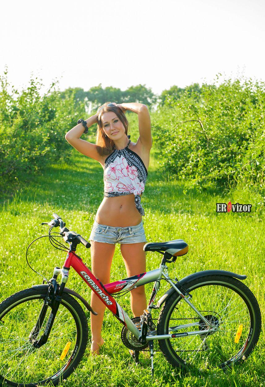 красивая девчонка около велосипеда