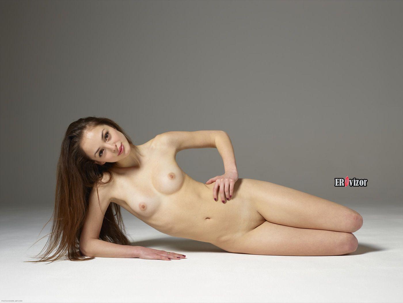 красивая голая девушка в студии