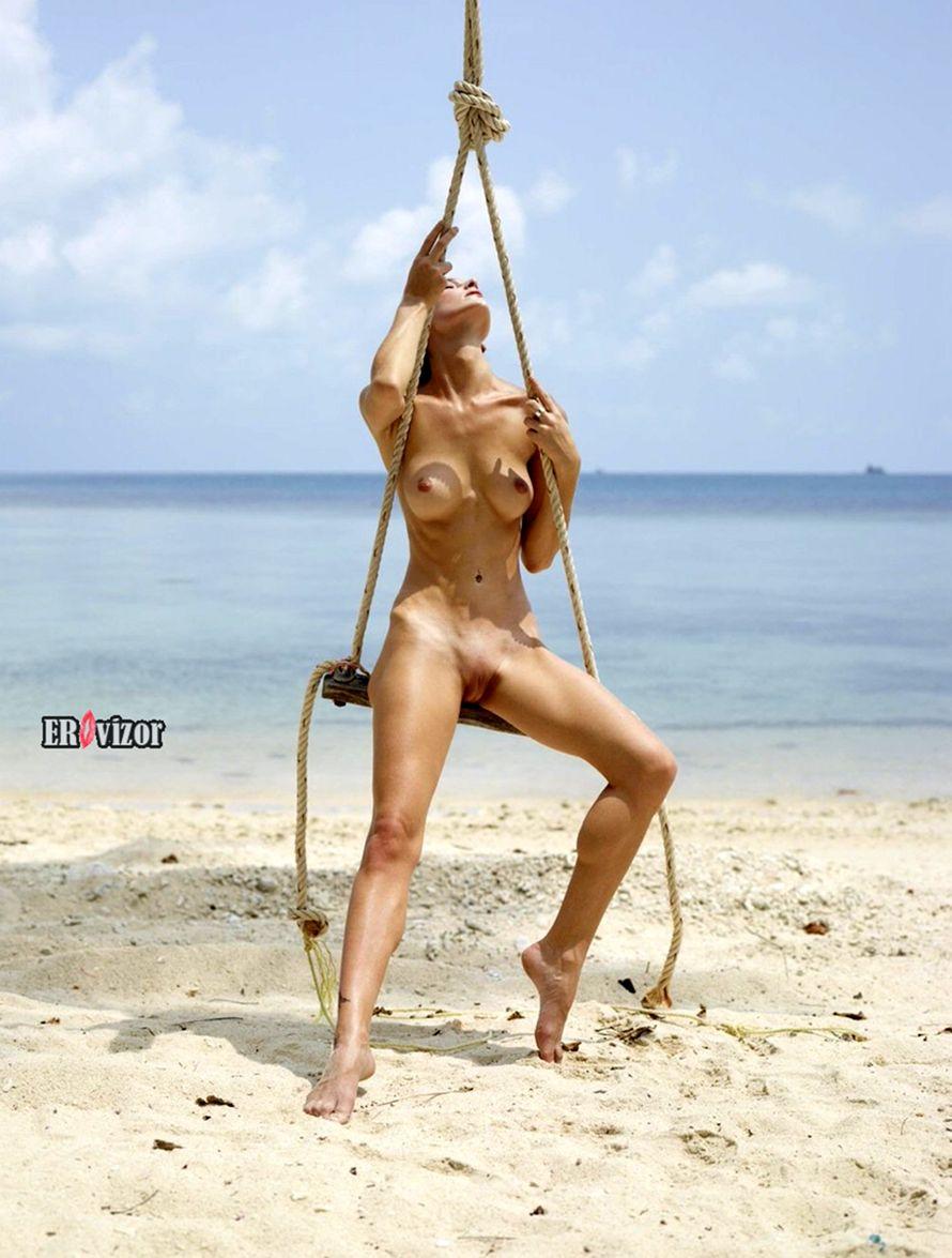 обнаженная эротика девушки на качелях у моря