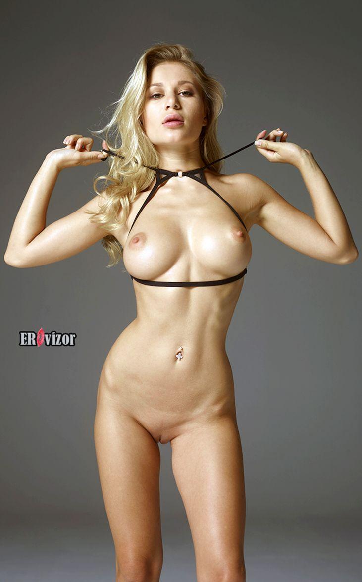 отличное голое тело сексуальной девушки с большой грудью в студии