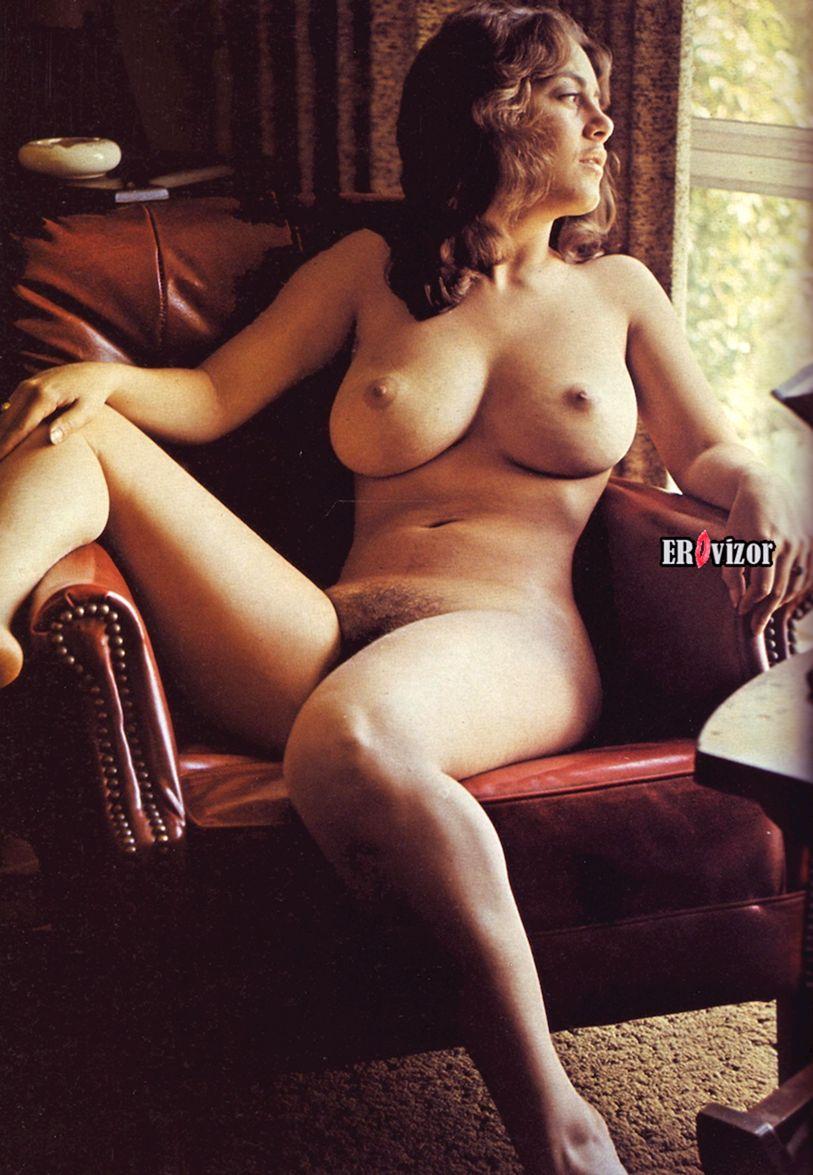 Сочное тело голой ретро модели на кресле