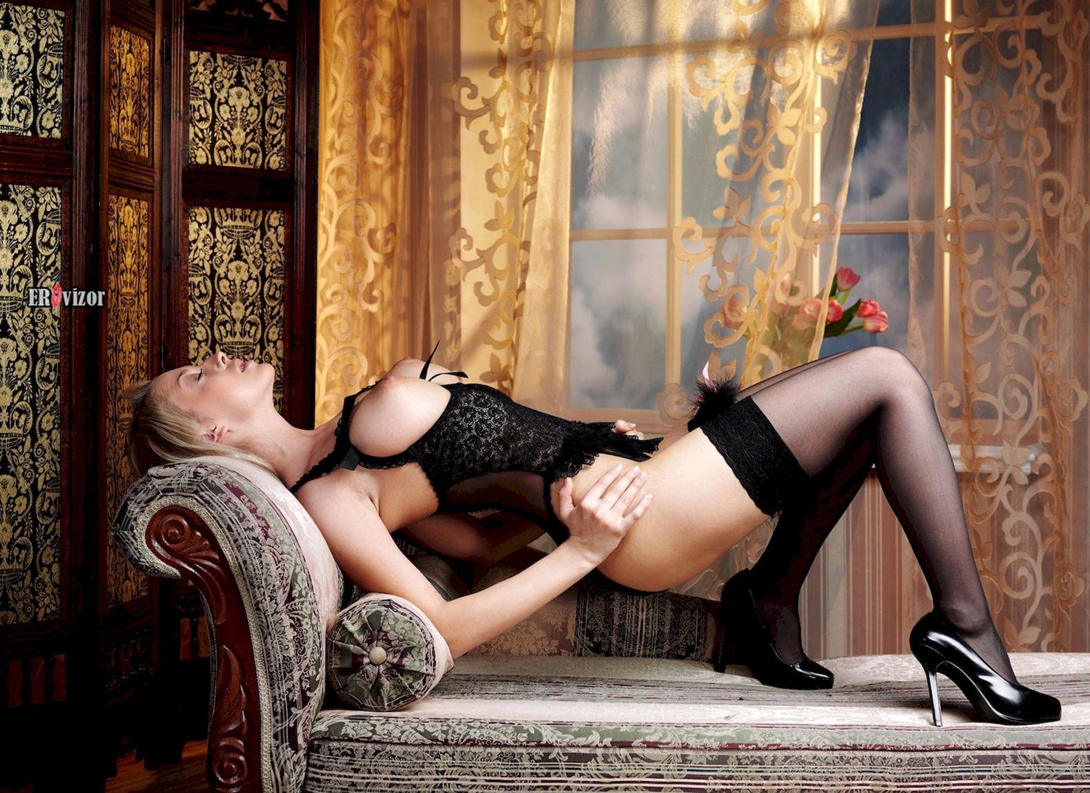 Откровенный эротический наряд для грудастой блондинки