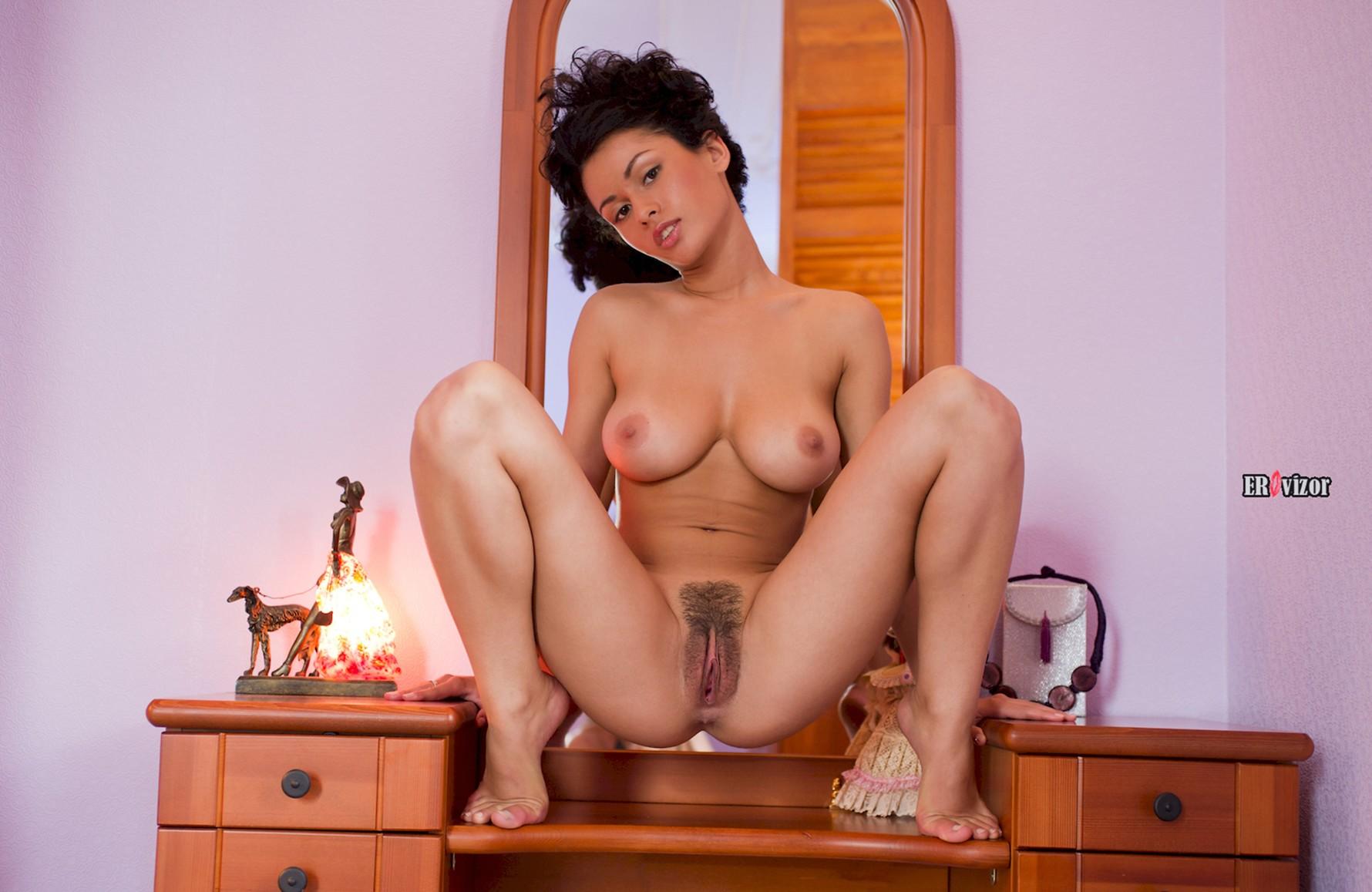 Брюнетка с интимной стрижкой предпочитает короткие волосы