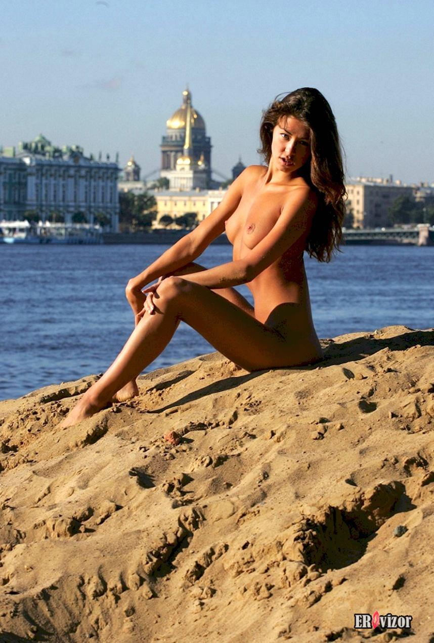 Одинокая нудистка открыла пляжный сезон