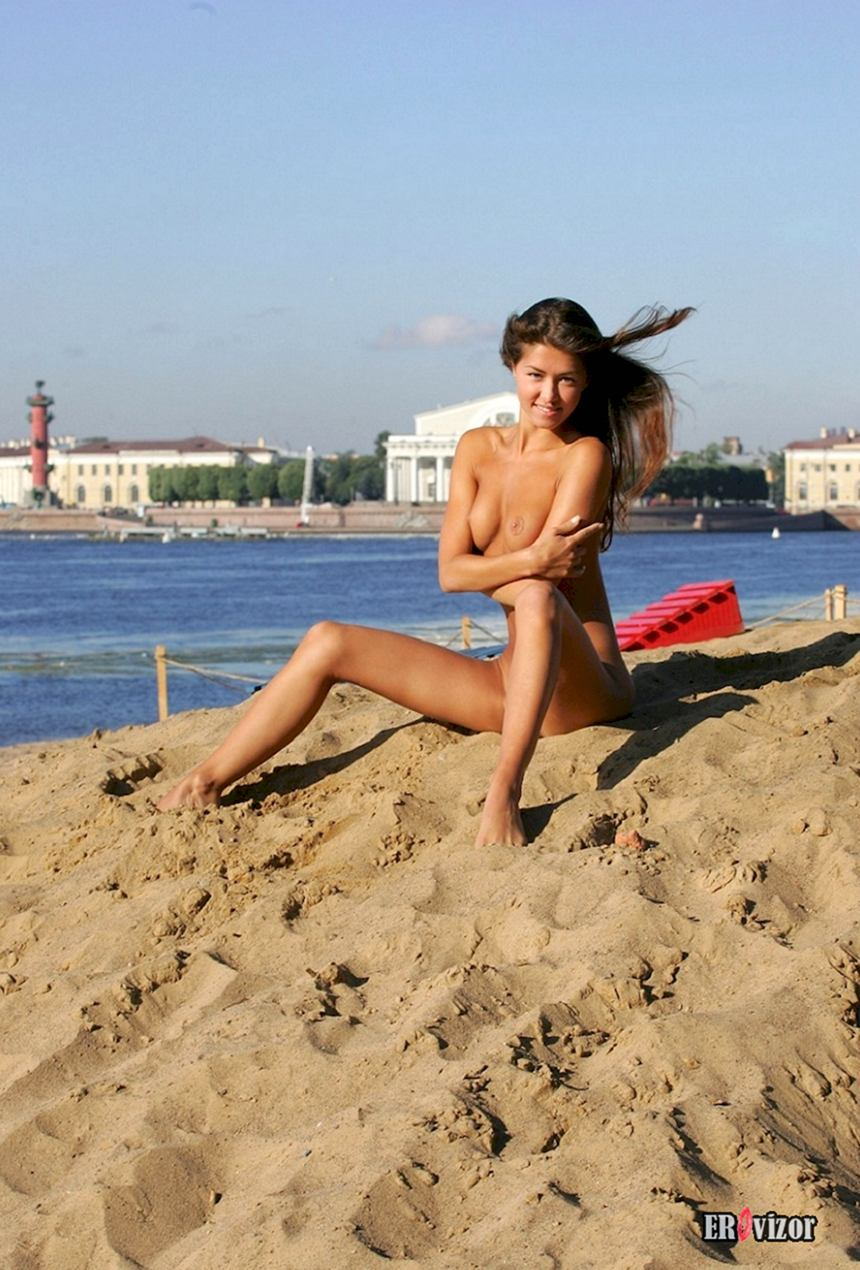 нудистка голая на песочке