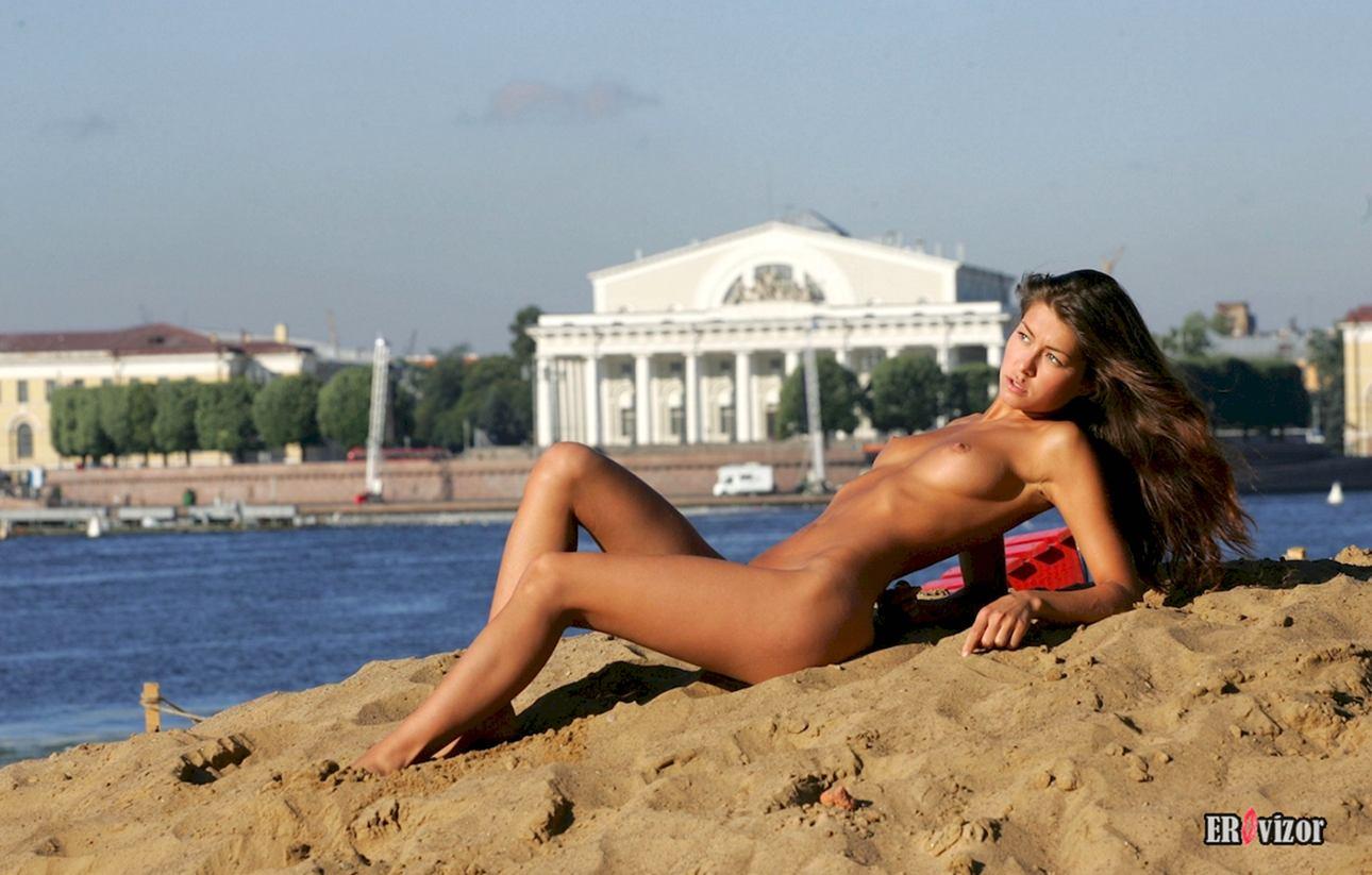 нудистка загорает на песке