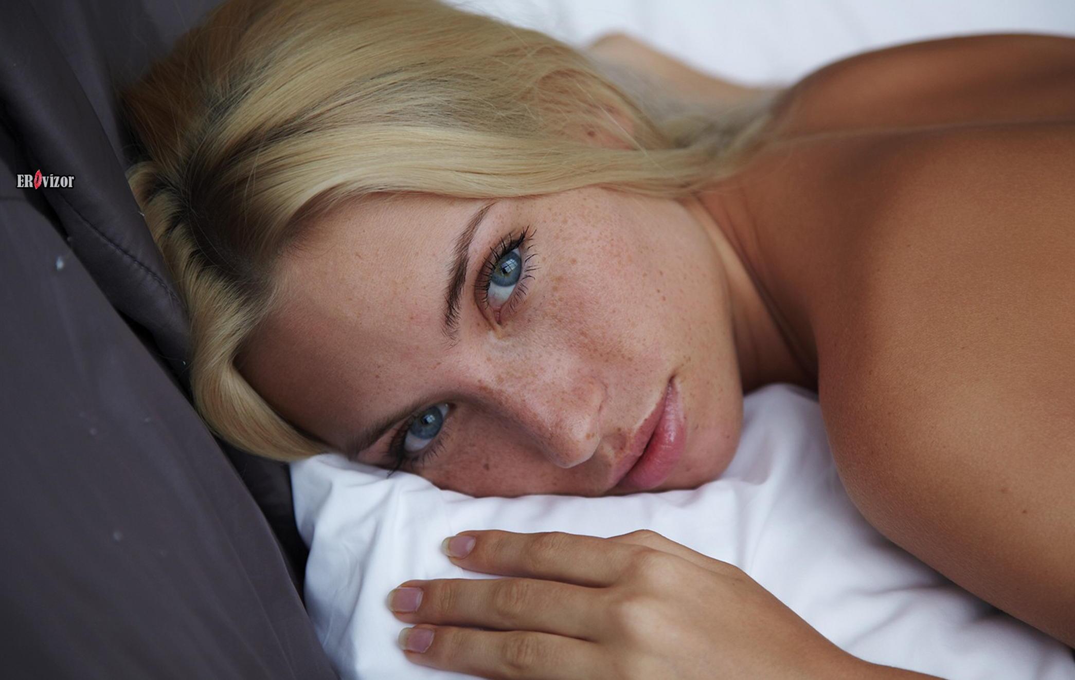 Стройная голая блондинка с упругой писькой в постели