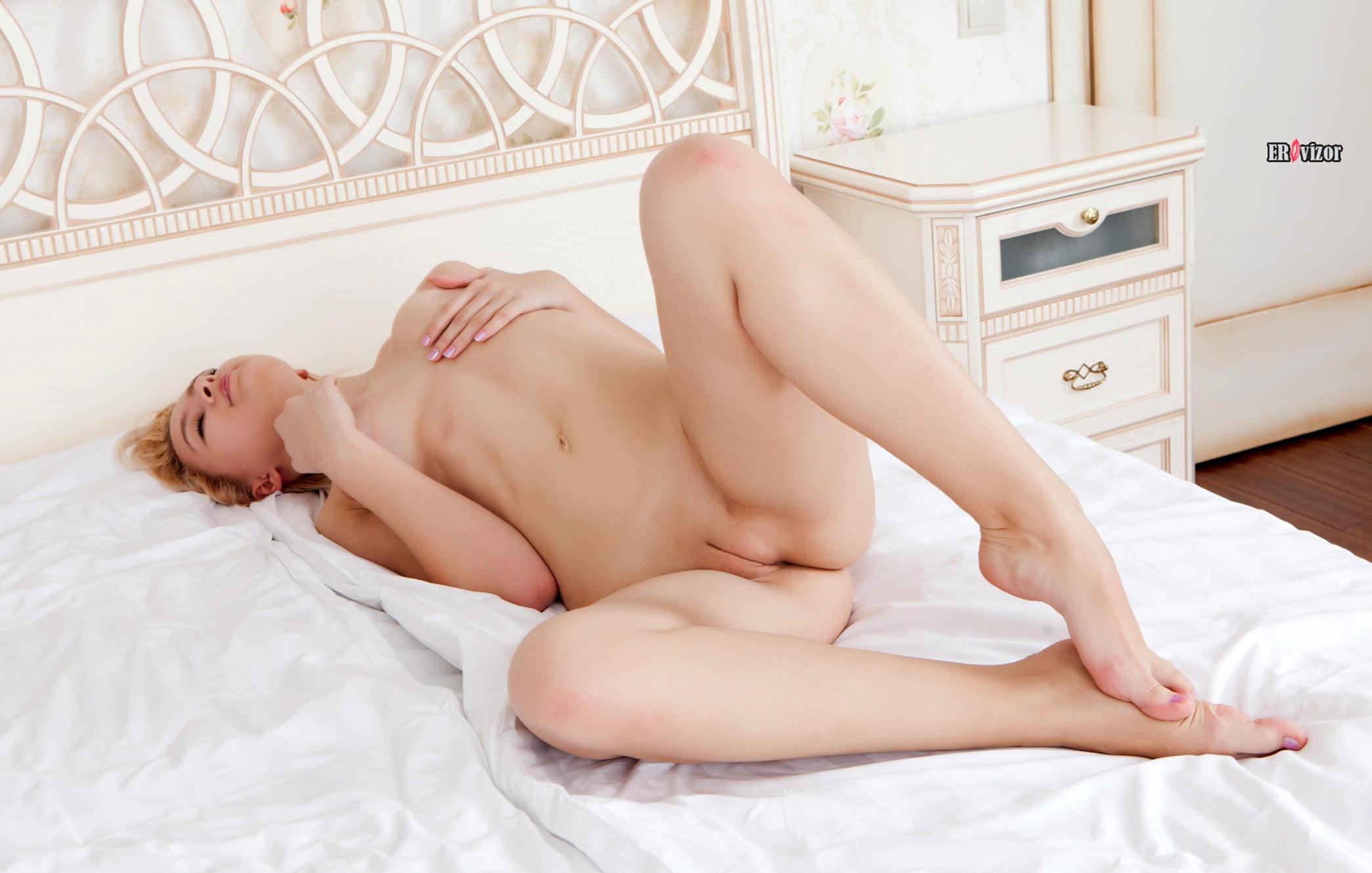 Фото сексуальной блондинки с гладкой писькой в постели