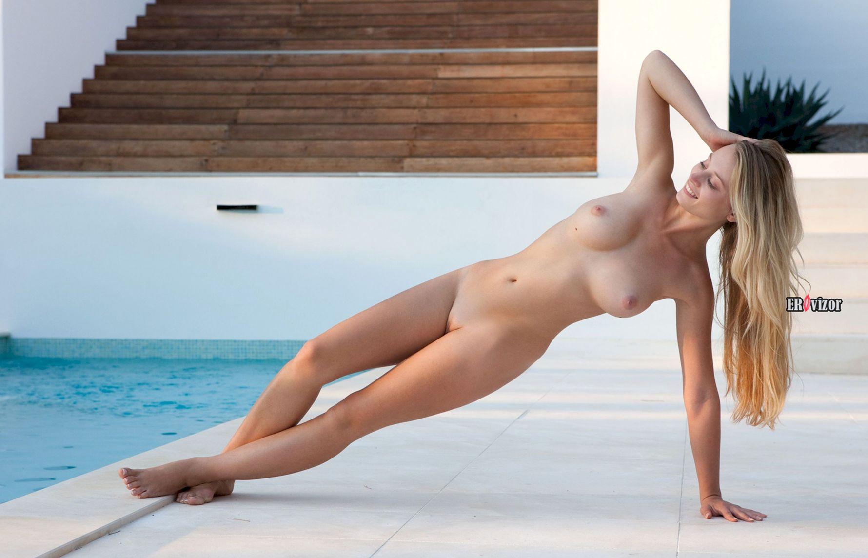 Красотка с клевой большой грудью у бассейна