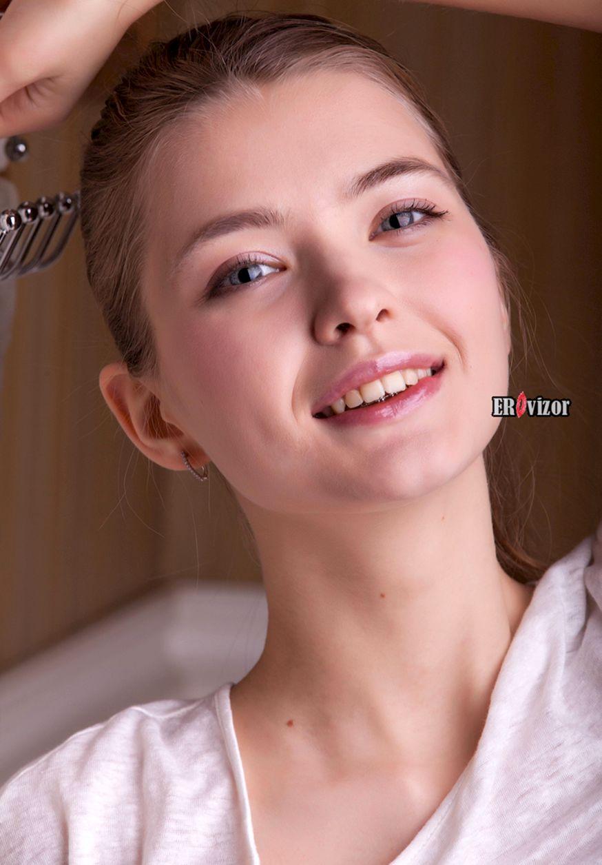 Молоденькая девчонка с красивой попкой в ванной