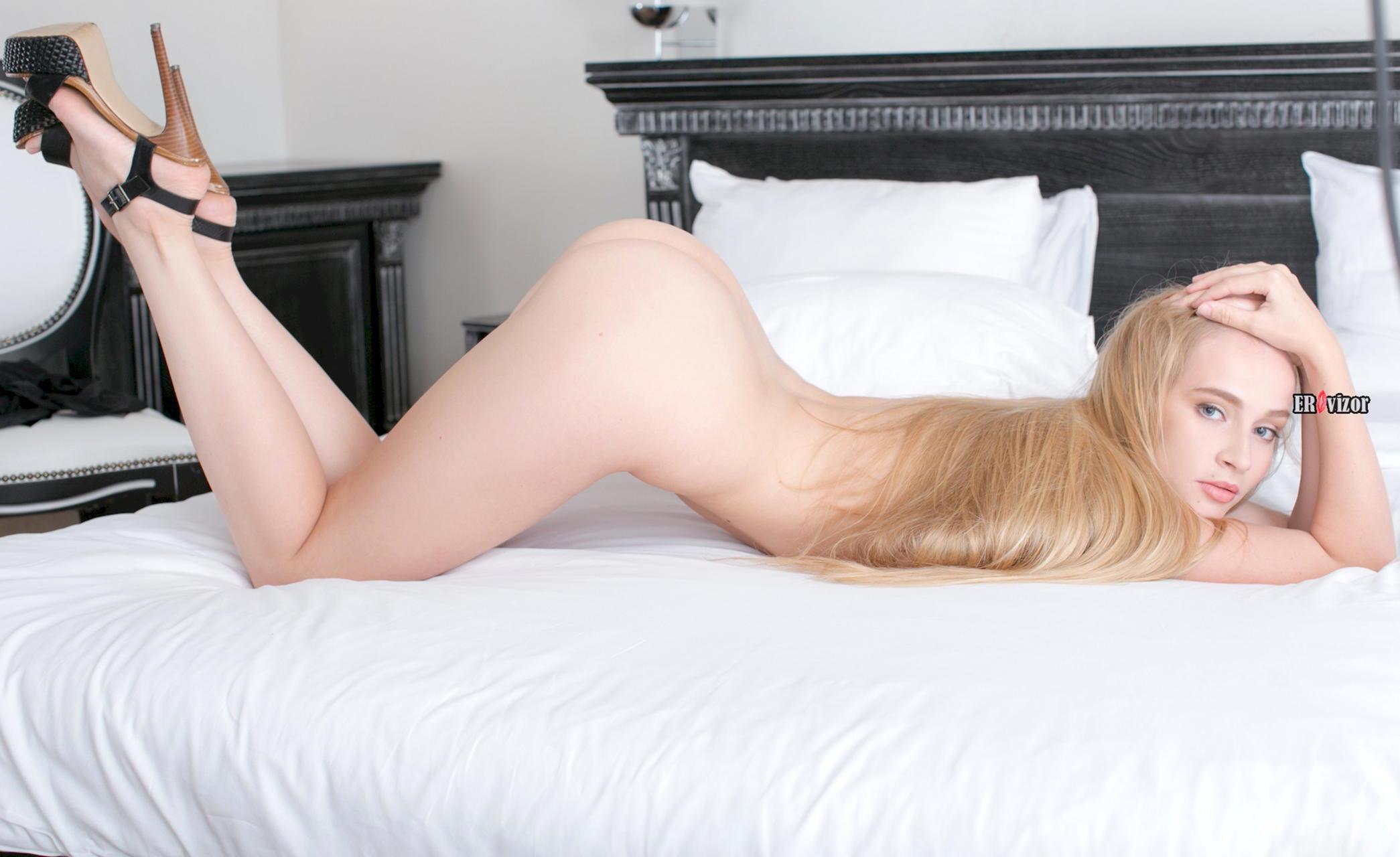 Русская эротическая модель Лена показывает сочную голую фигуру