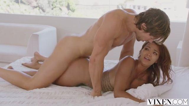 Страстный секс с красивой мулаткой сзади
