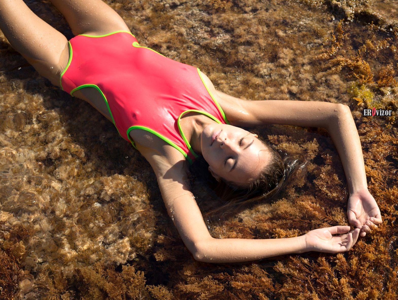 Катя Кловер сняла купальник на берегу моря