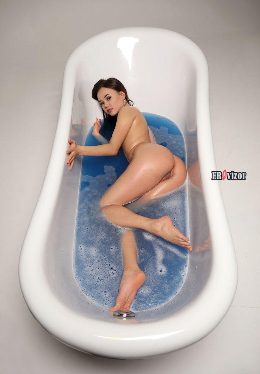 эро фото девушки голой в ванной