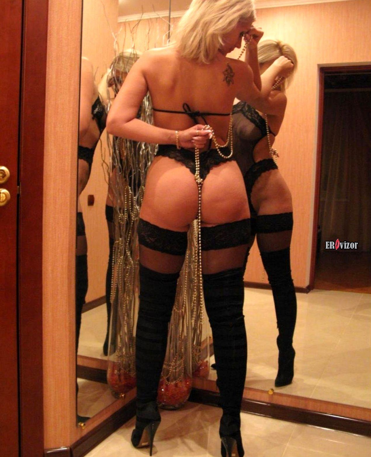 Женщина одела эротический наряд для любовника