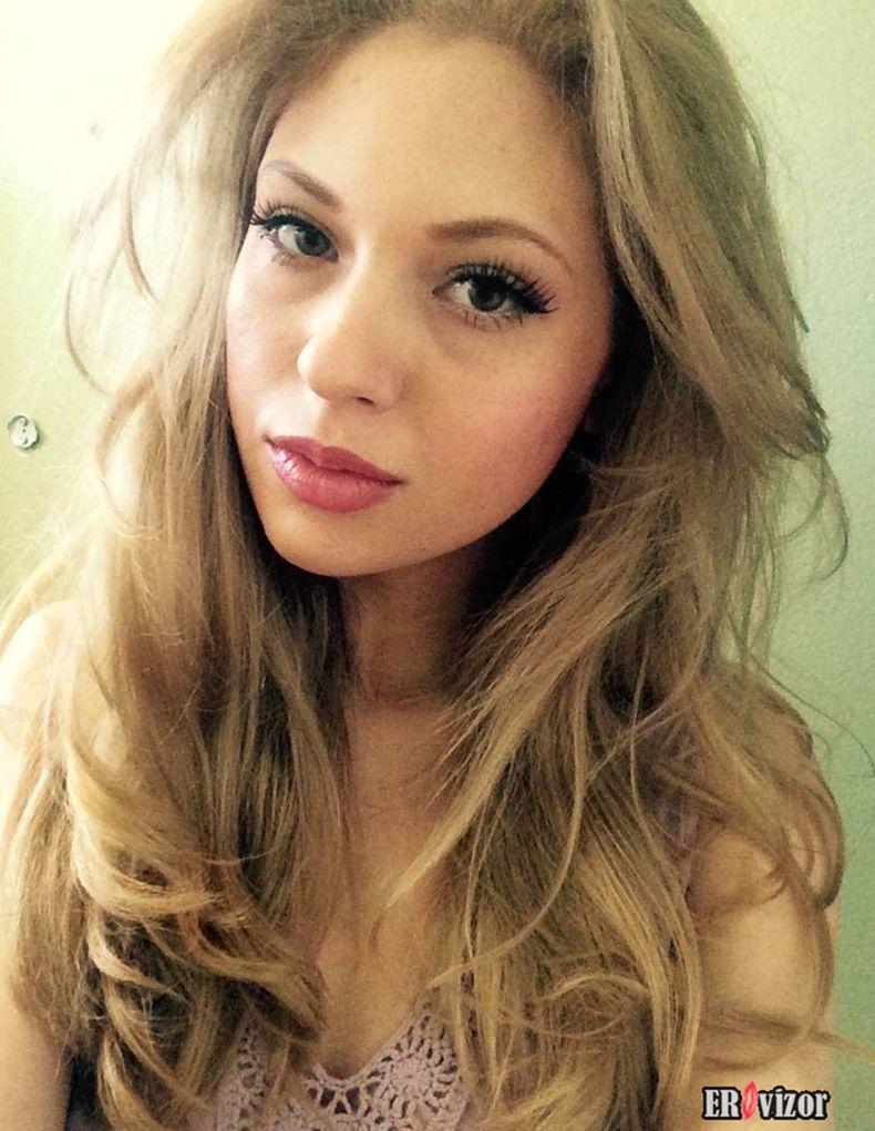 Сперма на лице и губах красивой девушки