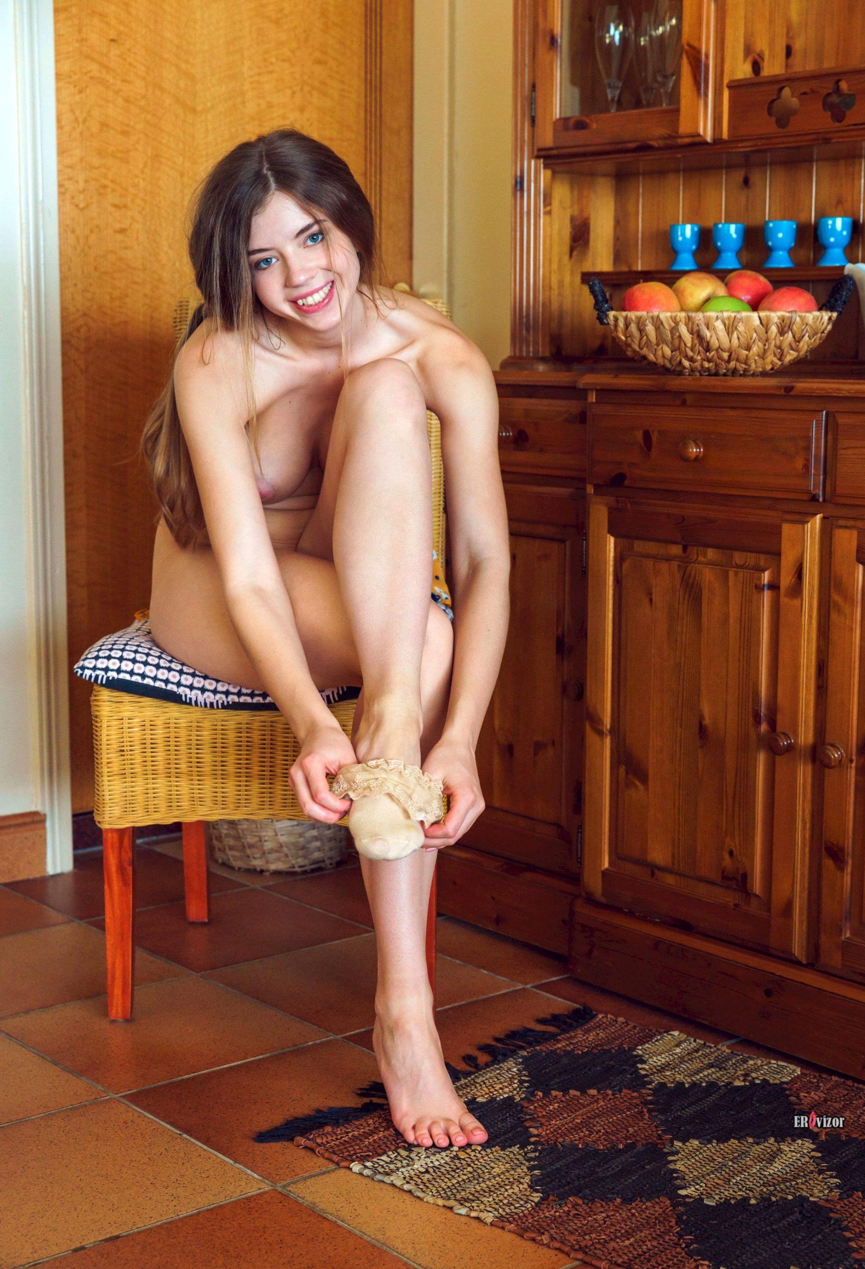 Молоденькая голая девчонка показала свою идеальную фигуру