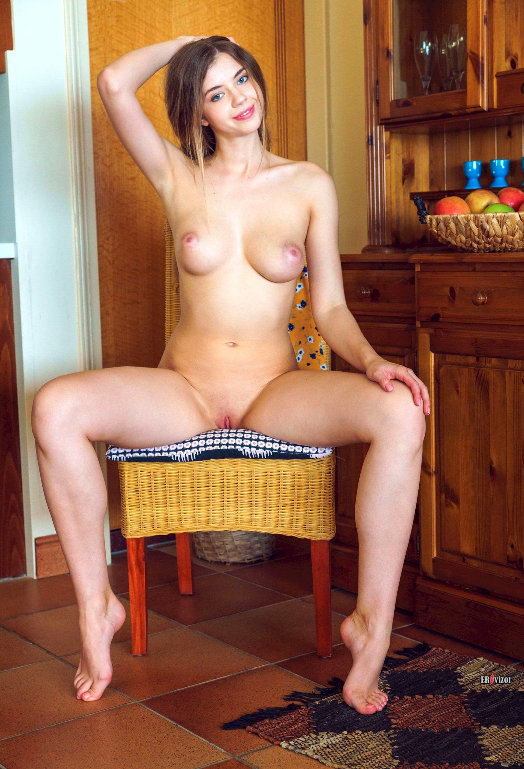 Молоденькая голая девчонка