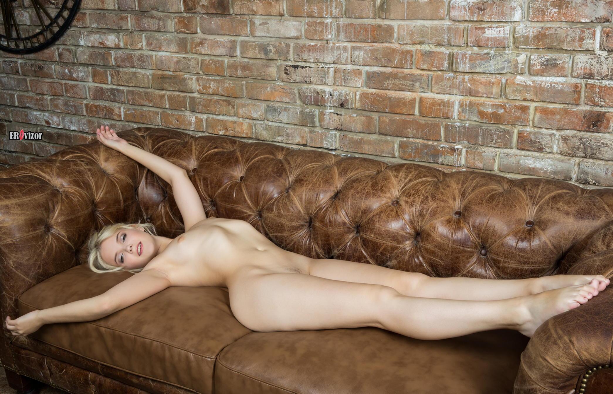 Голая блондинка на кожаном диване