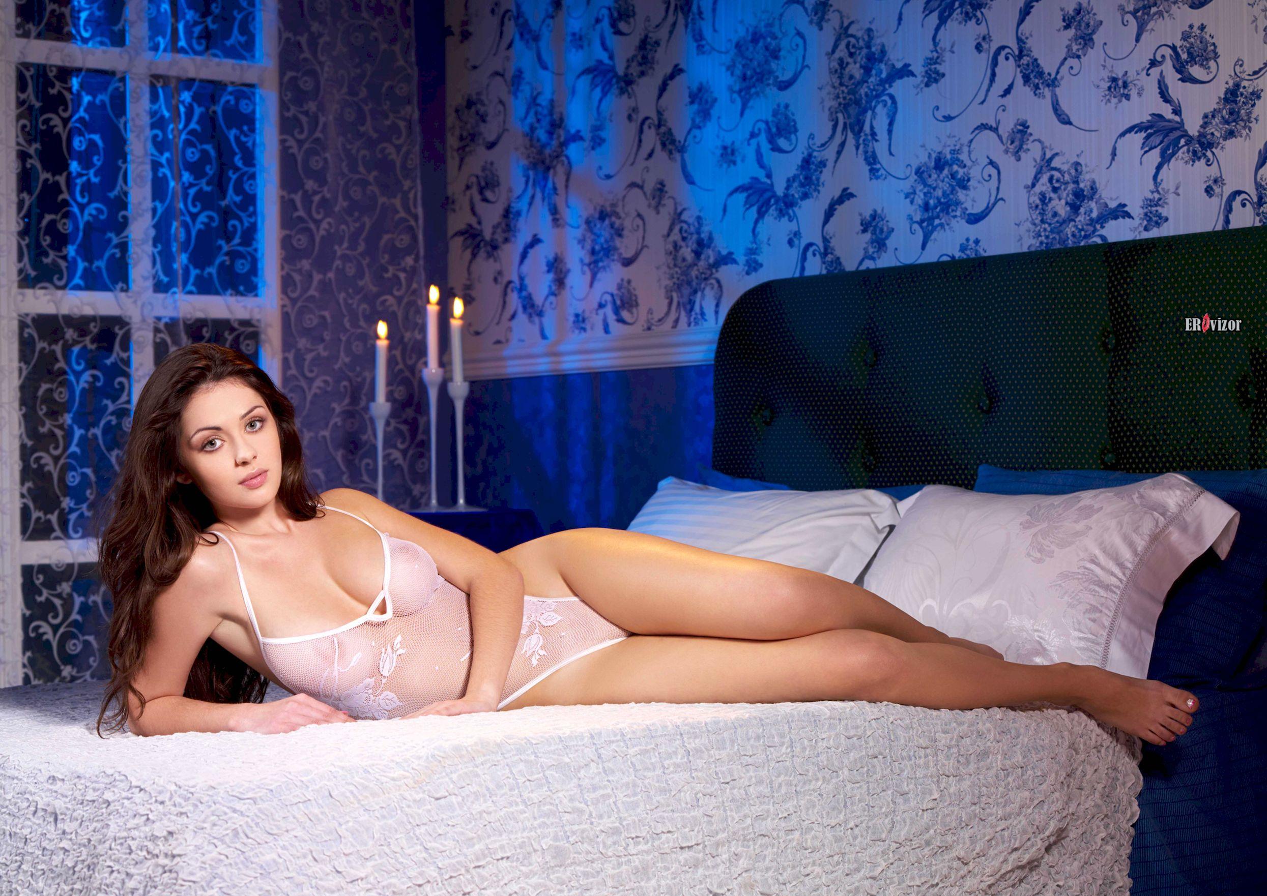 Милая сексуальная девушка в постели