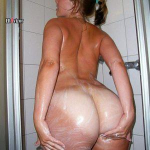 Большая мыльная попа голой жены в душевой