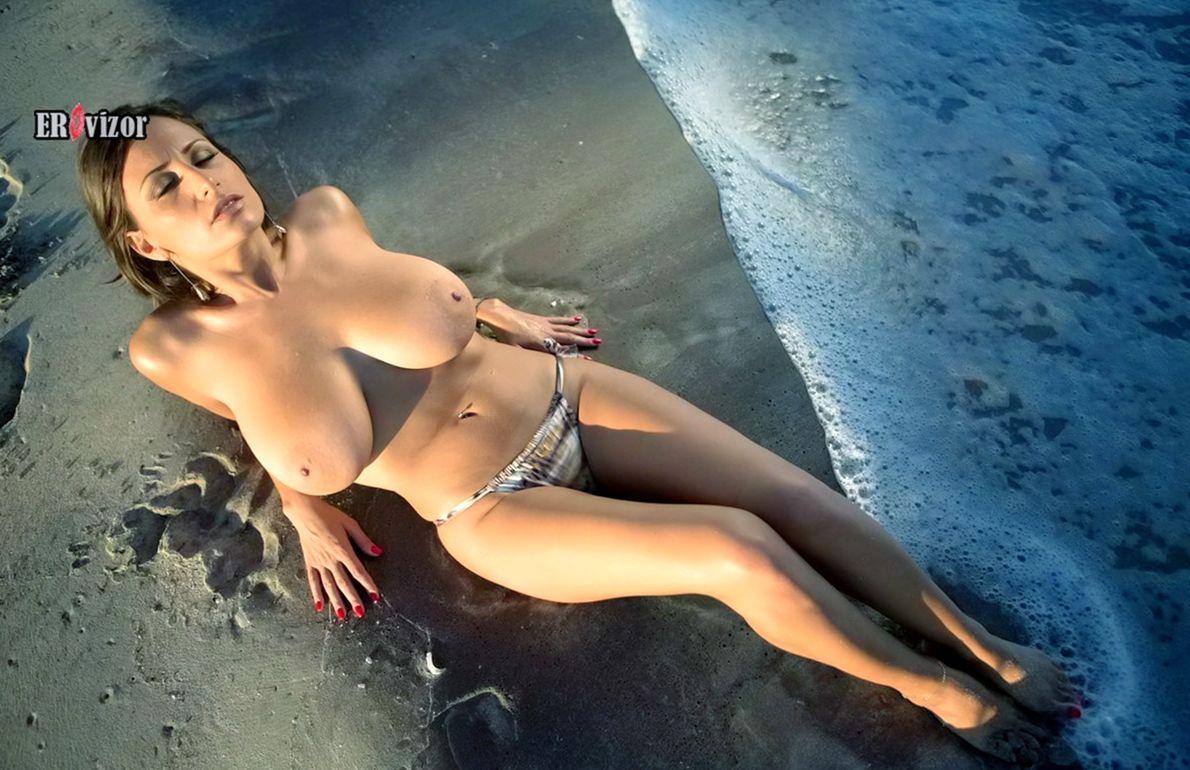 Летняя эротика красивых девушек на пляже (85 фото)