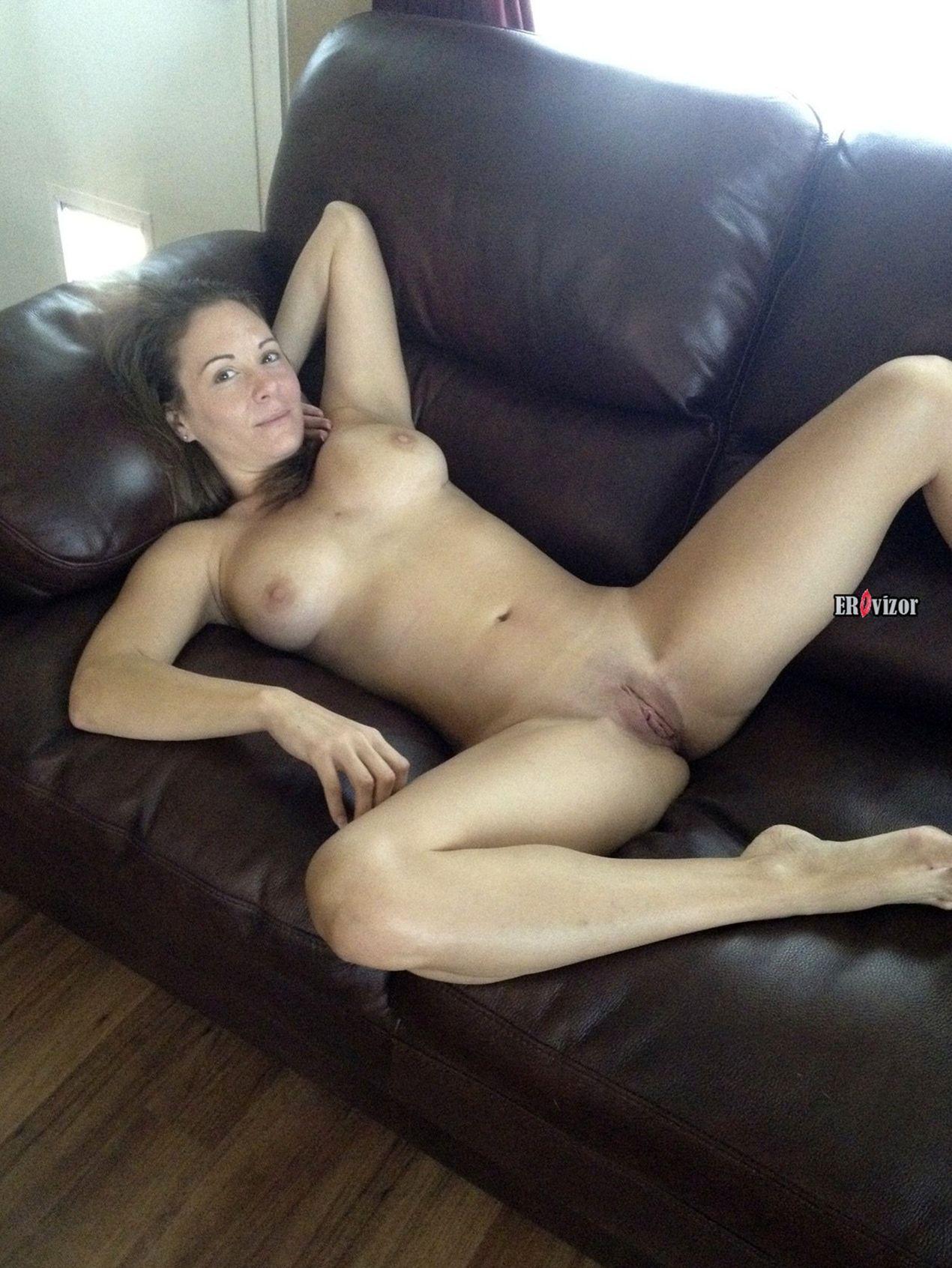 Голая жена на кожанном диване