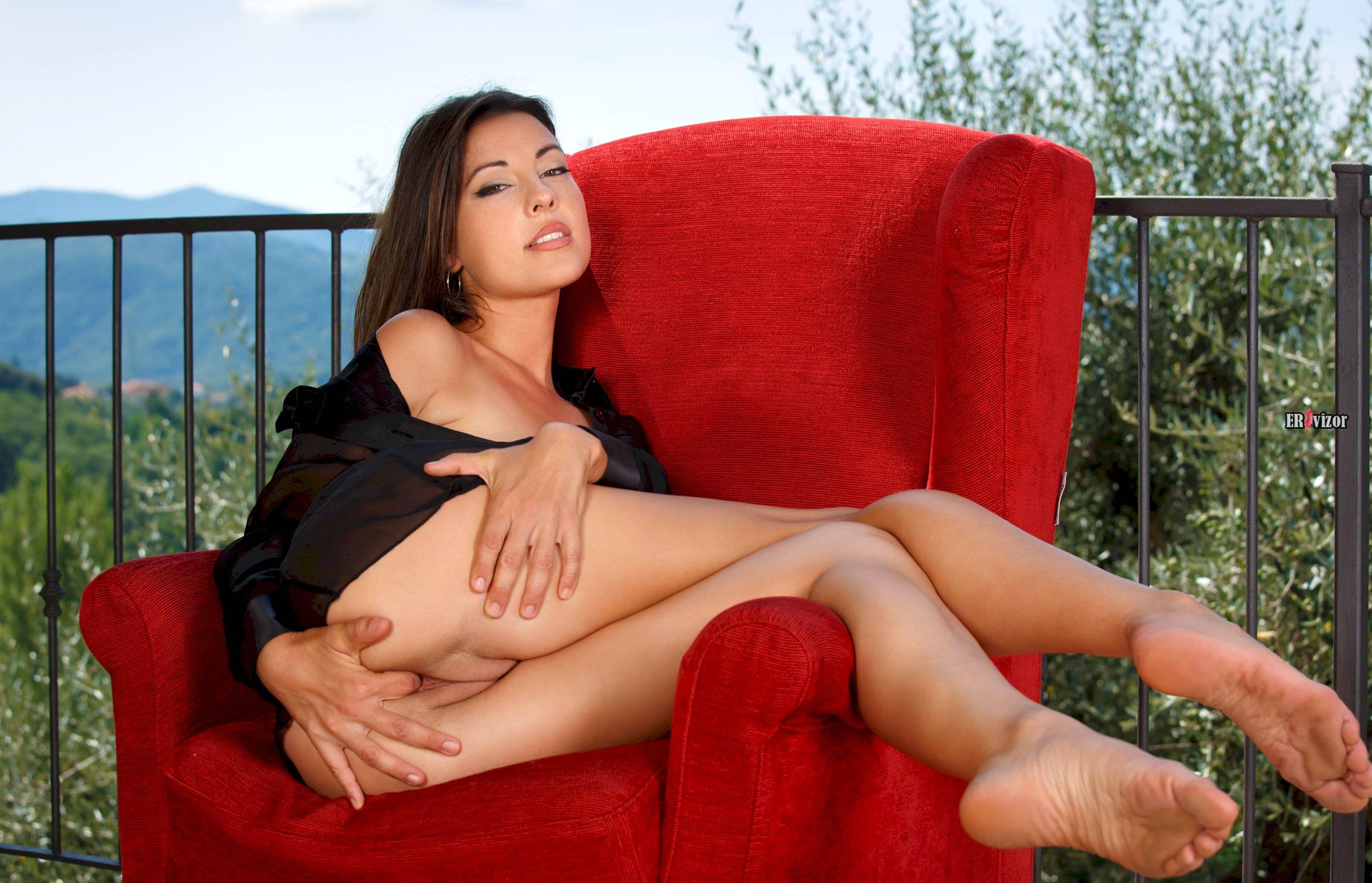 эротика на красном кресле брюнетки