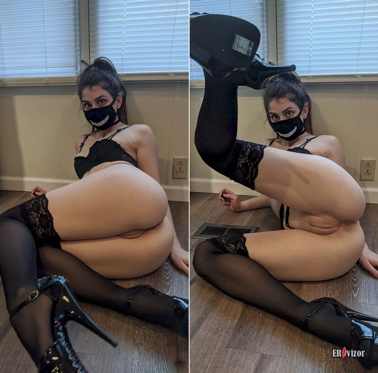 подняла ногу и показала пизду в маске